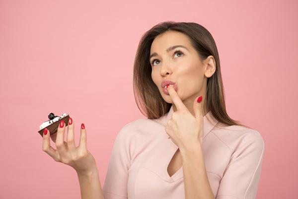 ケーキの味を気にする女性